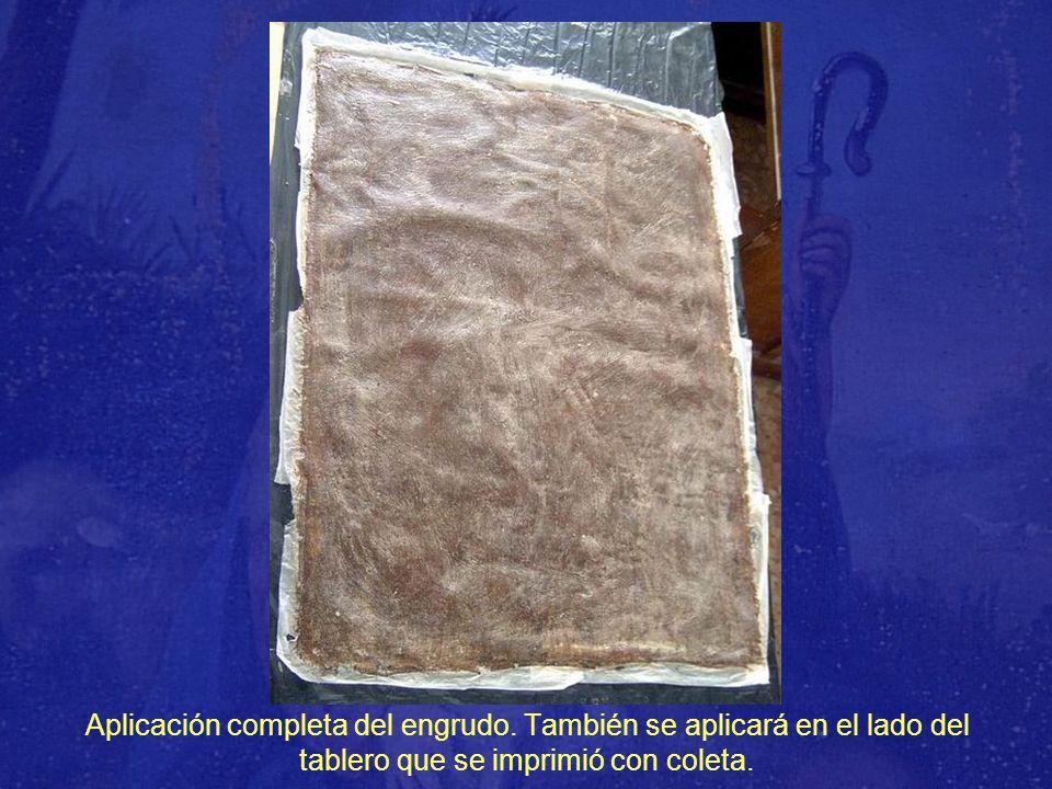 Aplicación completa del engrudo. También se aplicará en el lado del tablero que se imprimió con coleta.