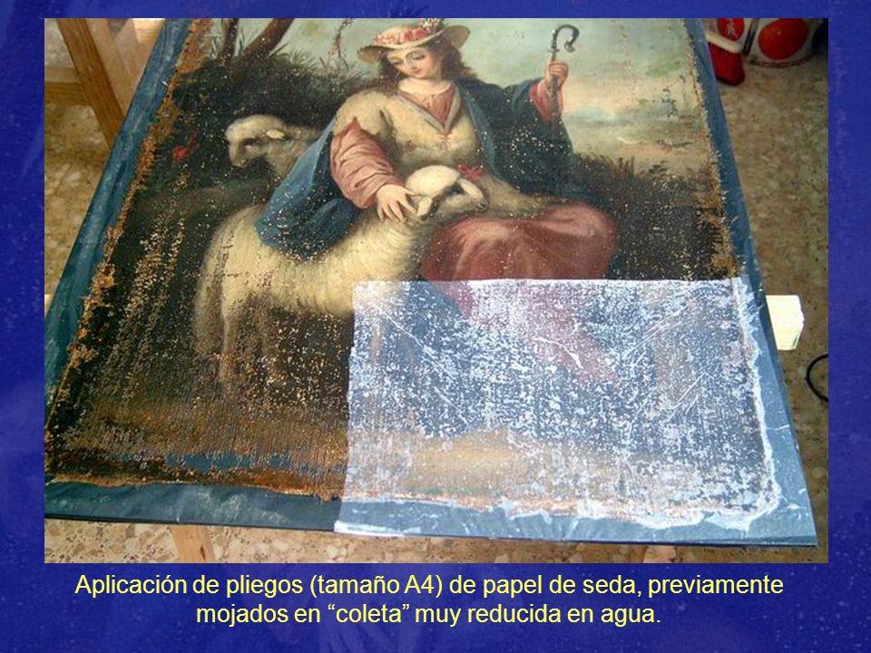 Eliminación del papel de seda concluida y comienzo de la limpieza del lienzo.