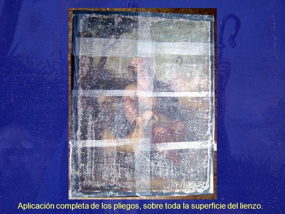 Aplicación completa de los pliegos, sobre toda la superficie del lienzo.