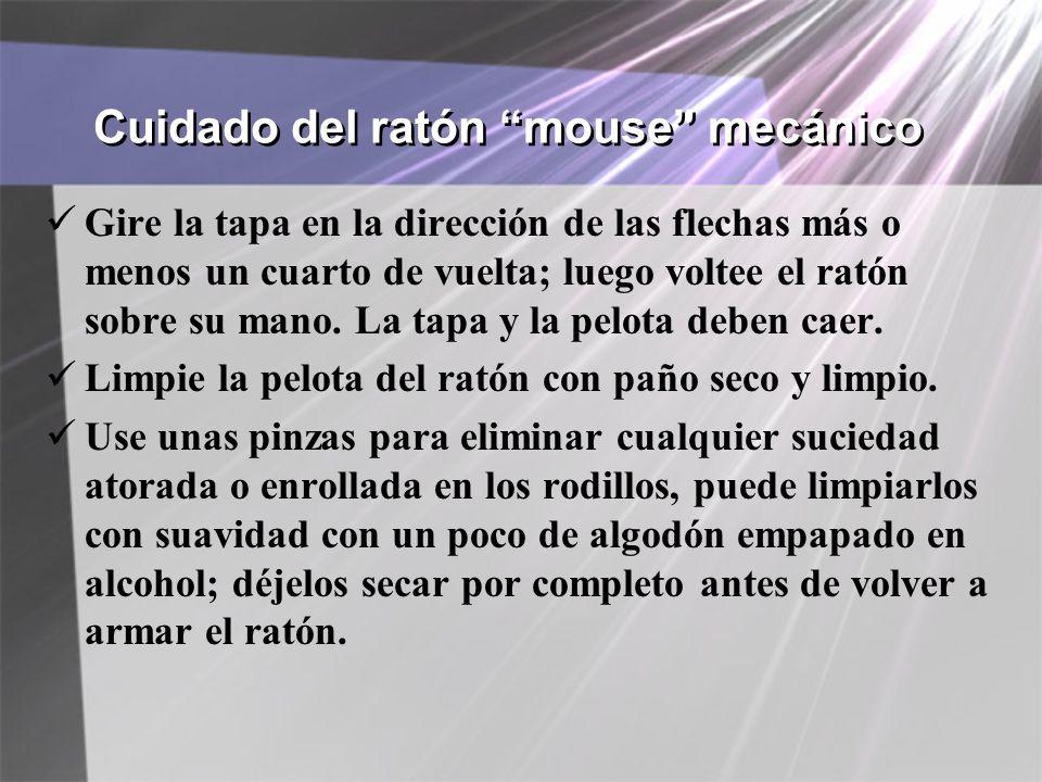 Cuidado del ratón mouse mecánico Gire la tapa en la dirección de las flechas más o menos un cuarto de vuelta; luego voltee el ratón sobre su mano. La