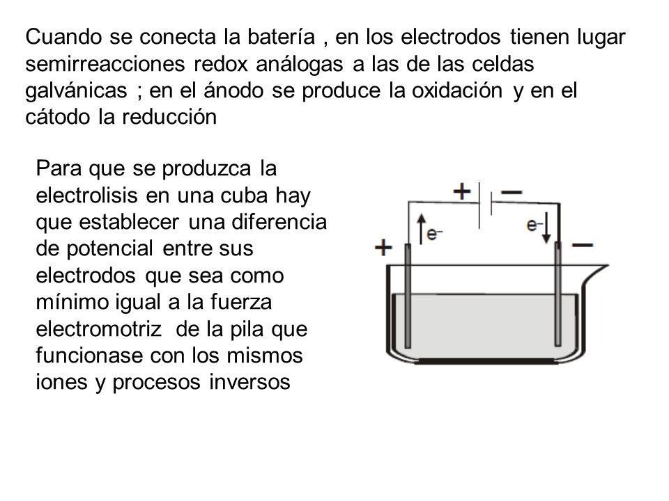 Cuando se conecta la batería, en los electrodos tienen lugar semirreacciones redox análogas a las de las celdas galvánicas ; en el ánodo se produce la