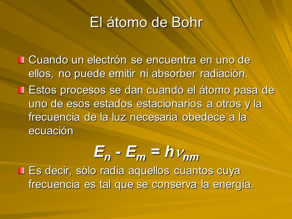 El átomo de Bohr Cuando un electrón se encuentra en uno de ellos, no puede emitir ni absorber radiación. Estos procesos se dan cuando el átomo pasa de