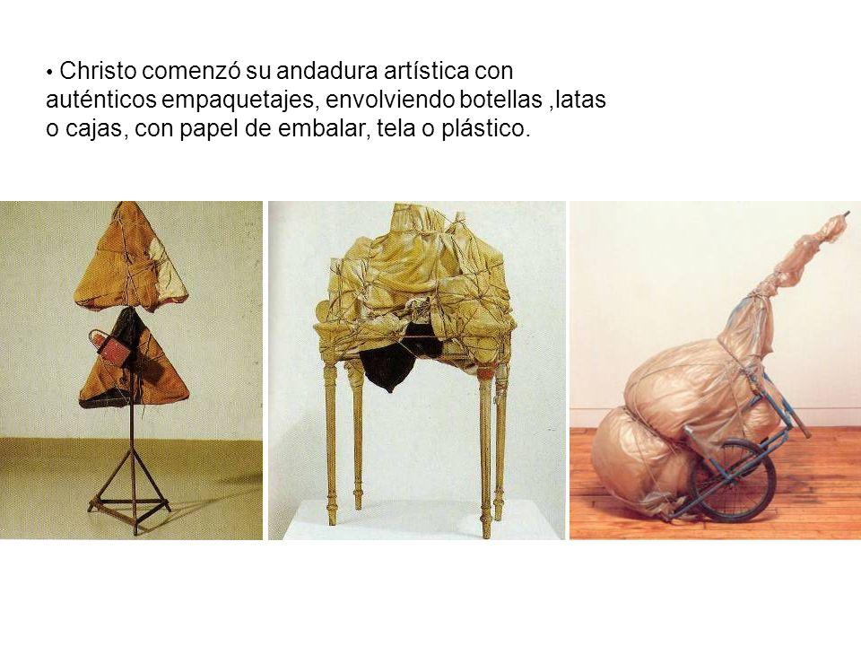 Christo comenzó su andadura artística con auténticos empaquetajes, envolviendo botellas,latas o cajas, con papel de embalar, tela o plástico.