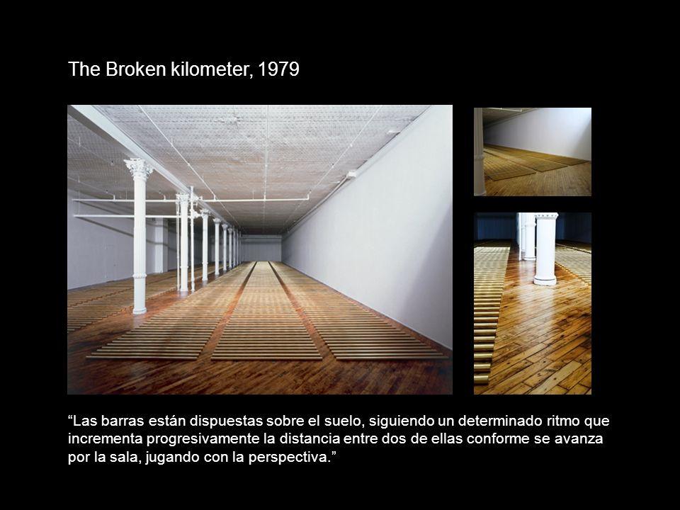 The Broken kilometer, 1979 Las barras están dispuestas sobre el suelo, siguiendo un determinado ritmo que incrementa progresivamente la distancia entr