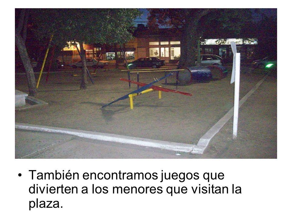 También encontramos juegos que divierten a los menores que visitan la plaza.