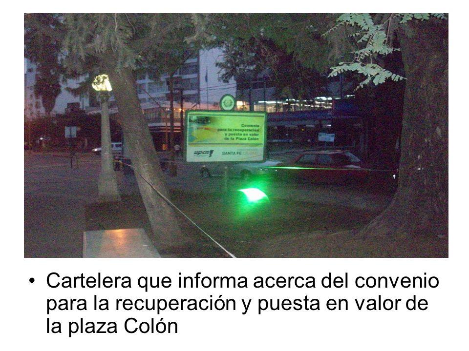 Cartelera que informa acerca del convenio para la recuperación y puesta en valor de la plaza Colón