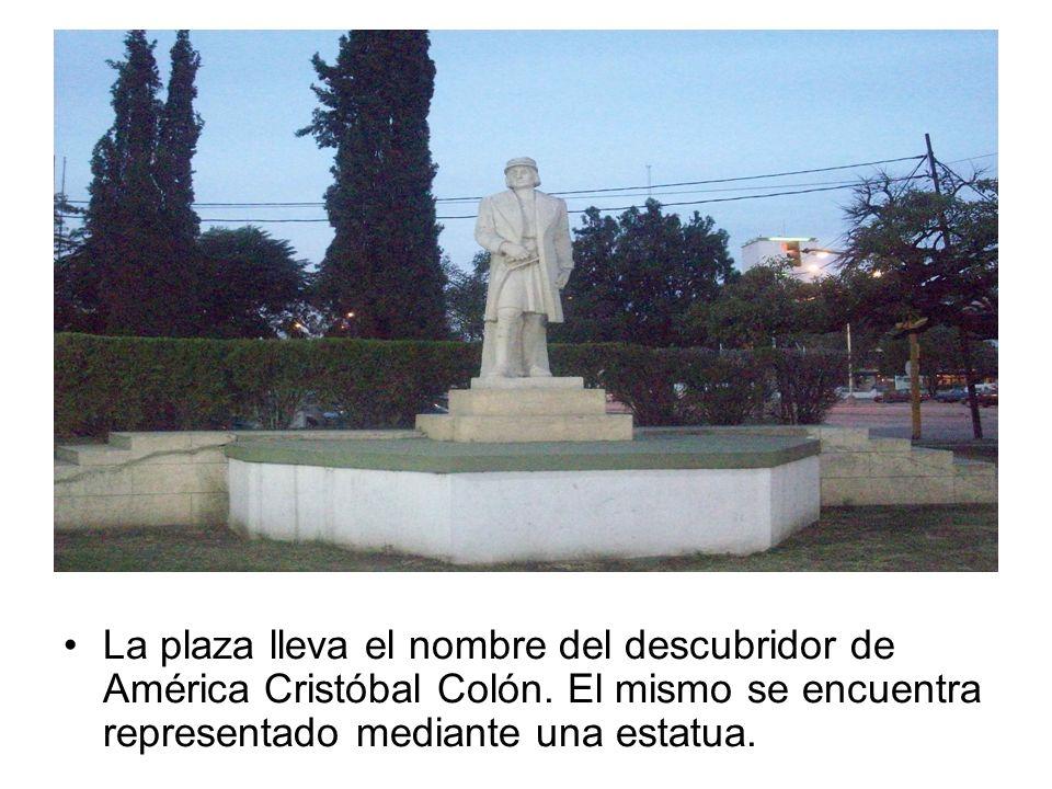 La plaza lleva el nombre del descubridor de América Cristóbal Colón. El mismo se encuentra representado mediante una estatua.