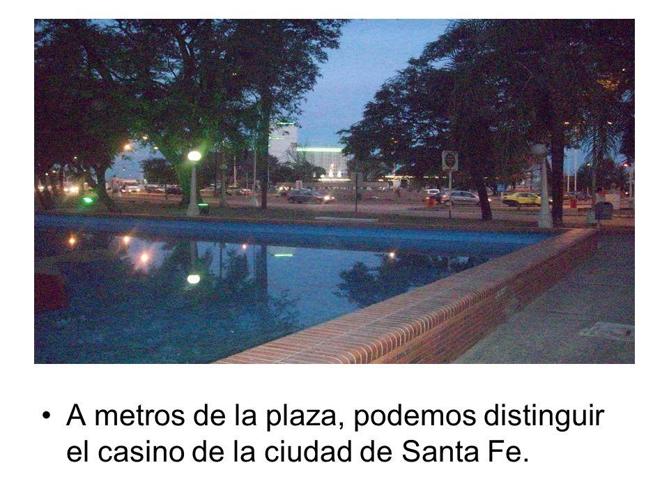 A metros de la plaza, podemos distinguir el casino de la ciudad de Santa Fe.