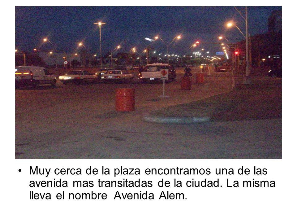 Muy cerca de la plaza encontramos una de las avenida mas transitadas de la ciudad. La misma lleva el nombre Avenida Alem.