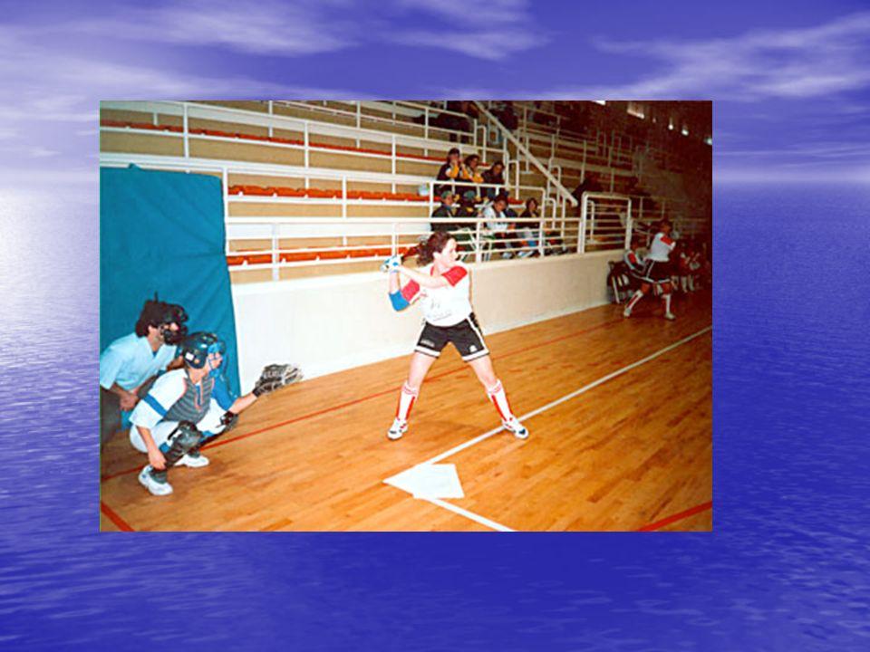 Reglas sobre lanzamiento No podrá asumir la posición de lanzar sobre o cerca de la goma del lanzador sin tener la bola en su poder No podrá asumir la posición de lanzar sobre o cerca de la goma del lanzador sin tener la bola en su poder No se considerará en posición de lanzar a menos que el receptor esté en posición de recibir el lanzamiento.