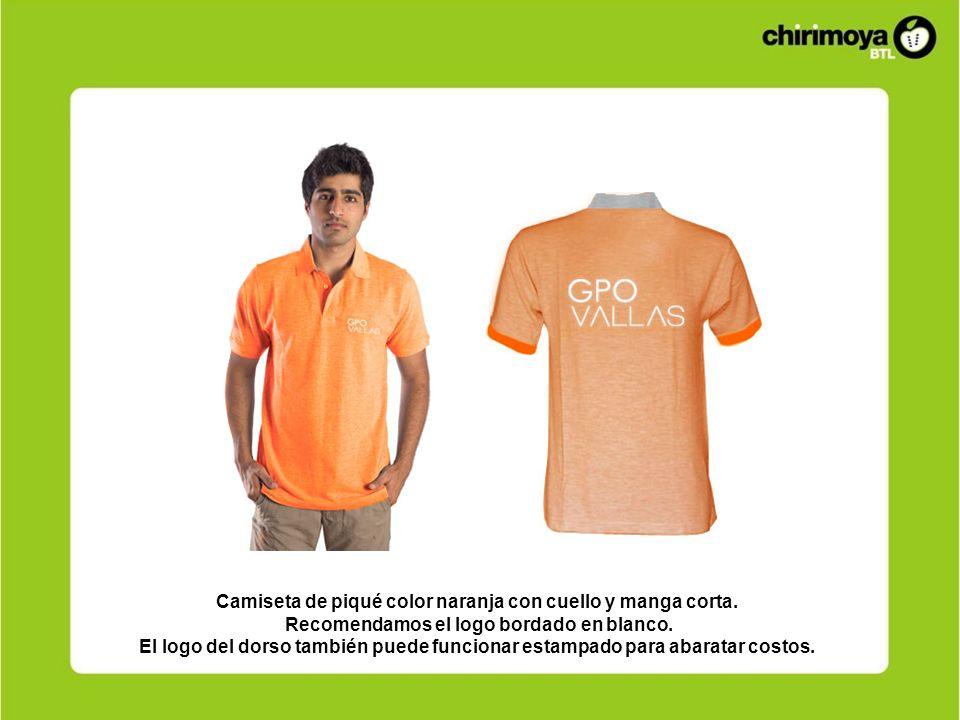 Camiseta de piqué color naranja con cuello y manga corta. Recomendamos el logo bordado en blanco. El logo del dorso también puede funcionar estampado
