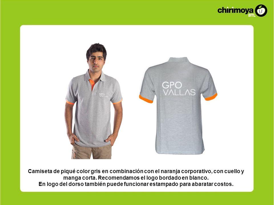 Camiseta de piqué color gris en combinación con el naranja corporativo, con cuello y manga corta. Recomendamos el logo bordado en blanco. En logo del