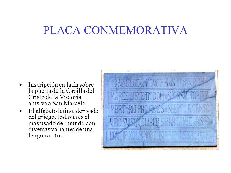 PLACA CONMEMORATIVA Inscripción en latín sobre la puerta de la Capilla del Cristo de la Victoria alusiva a San Marcelo. El alfabeto latino, derivado d