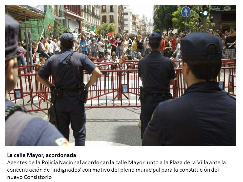 La calle Mayor, acordonada Agentes de la Policía Nacional acordonan la calle Mayor junto a la Plaza de la Villa ante la concentración de indignados con motivo del pleno municipal para la constitución del nuevo Consistorio