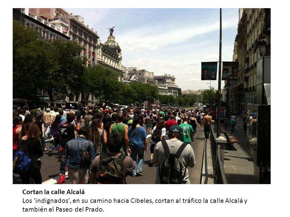 Cortan la calle Alcalá Los 'indignados', en su camino hacia Cibeles, cortan al tráfico la calle Alcalá y también el Paseo del Prado.