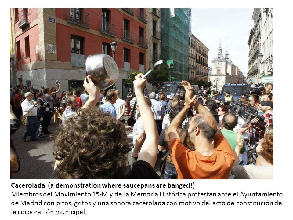 Cacerolada (a demonstration where saucepans are banged!) Miembros del Movimiento 15-M y de la Memoria Histórica protestan ante el Ayuntamiento de Madrid con pitos, gritos y una sonora cacerolada con motivo del acto de constitución de la corporación municipal.