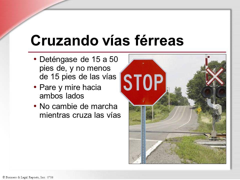 © Business & Legal Reports, Inc. 0706 Cruzando vías férreas Deténgase de 15 a 50 pies de, y no menos de 15 pies de las vías Pare y mire hacia ambos la