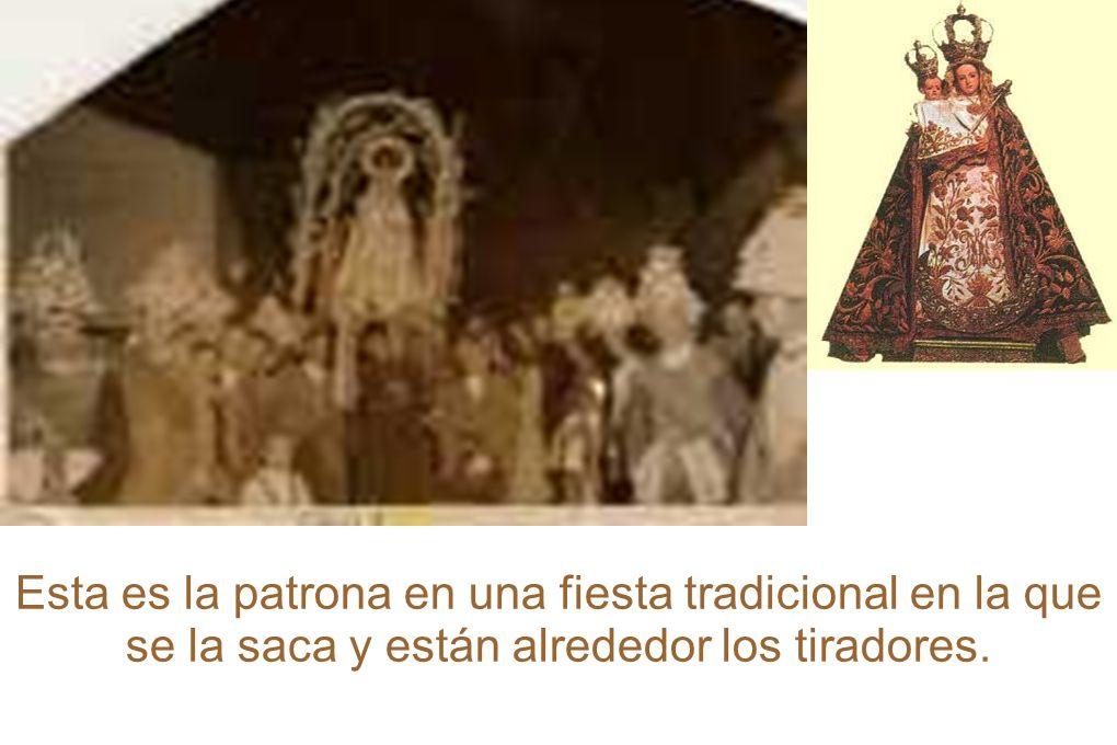 Esta es la patrona en una fiesta tradicional en la que se la saca y están alrededor los tiradores.
