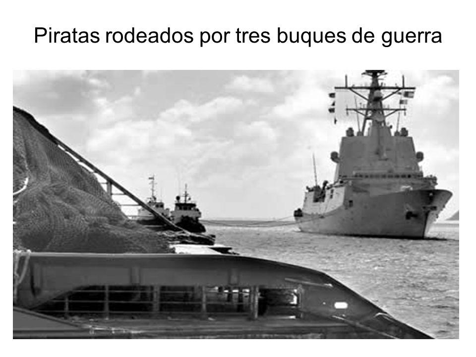 Piratas rodeados por tres buques de guerra