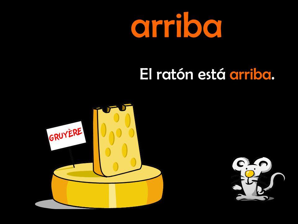 El ratón está encima del queso. encima de