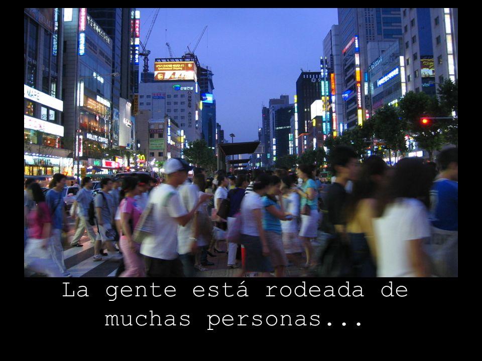 La gente está rodeada de muchas personas...
