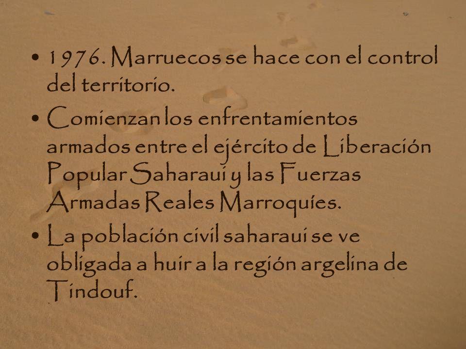 1975. Las tropas españolas abandonan el territorio del Sáhara dando paso a la ocupación militar marroquí. La Marcha Verde organizada por Hassan II, ci