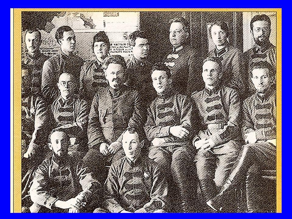 ETAPA DE CONSOLIDACIÓN DE LA REVOLUCIÓN En Agosto tropas leales al Zar intenta un golpe de Estado para evitar el dominio Comunista.
