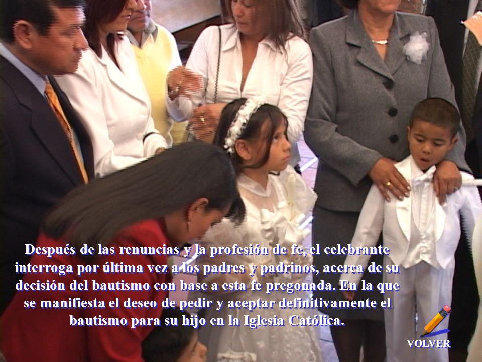 Después de las renuncias y la profesión de fe, el celebrante interroga por última vez a los padres y padrinos, acerca de su decisión del bautismo con