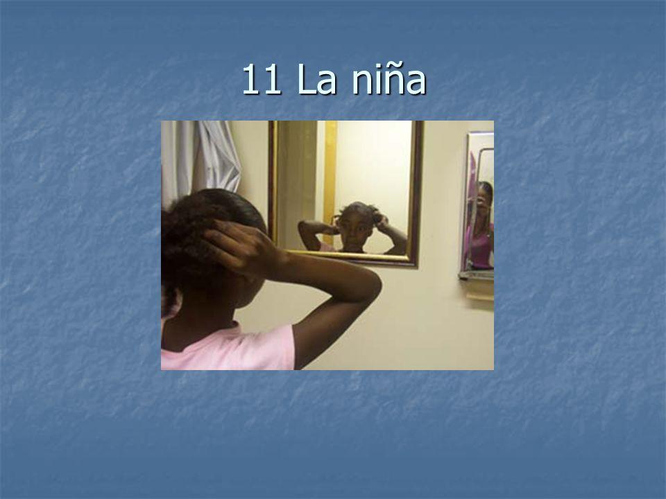 11 La niña se arregla el pelo.