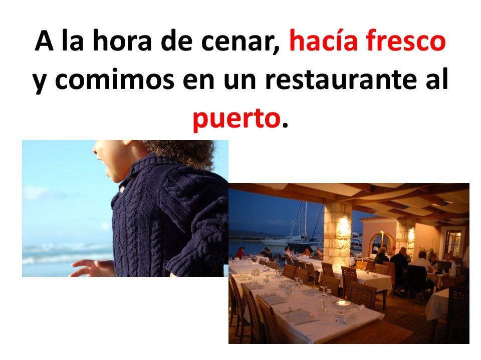 A la hora de cenar, hacía fresco y comimos en un restaurante al puerto.