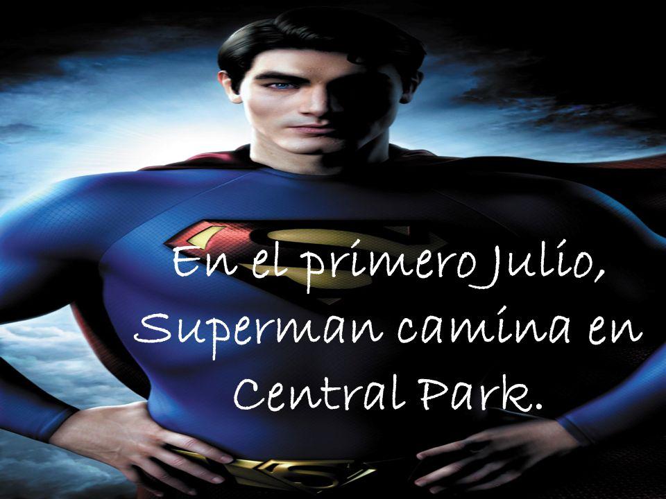 En el primero Julio, Superman camina en Central Park.