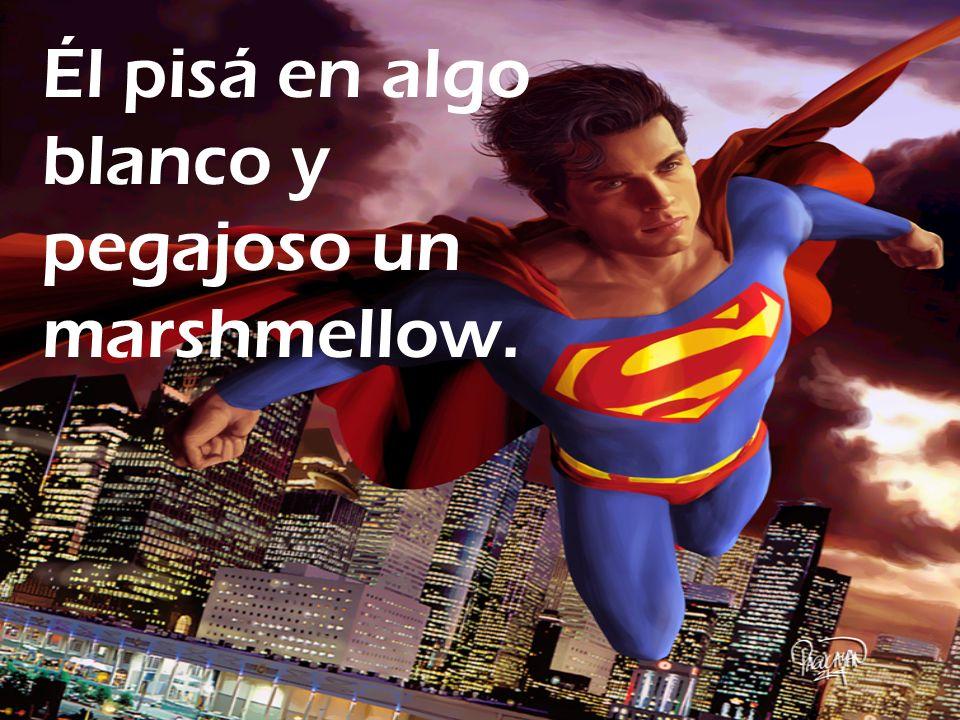 ¡Él marshmallow ase a Supermans tobillo y combate Superman!
