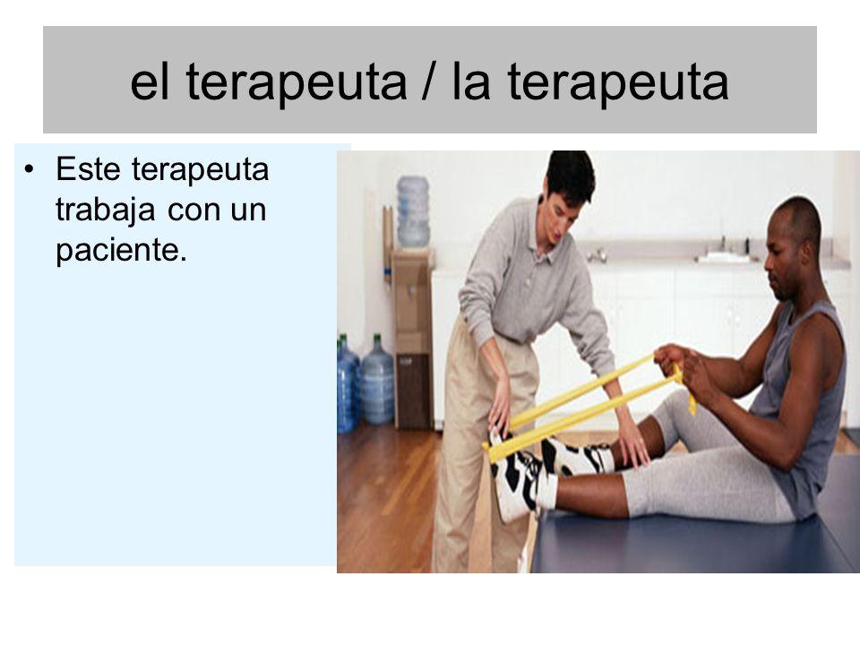 el terapeuta / la terapeuta Este terapeuta trabaja con un paciente.