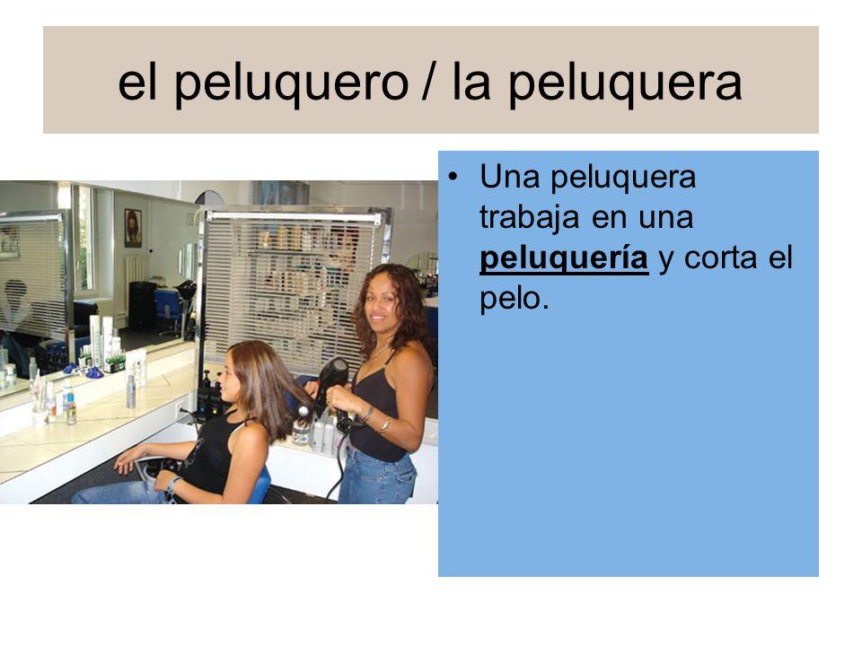el peluquero / la peluquera Una peluquera trabaja en una peluquería y corta el pelo.