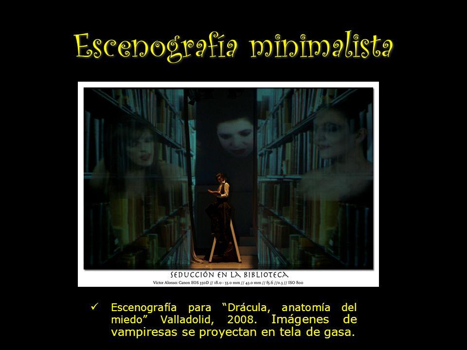 Escenografía minimalista Escenografía para Drácula, anatomía del miedo Valladolid, 2008. Imágenes de vampiresas se proyectan en tela de gasa.
