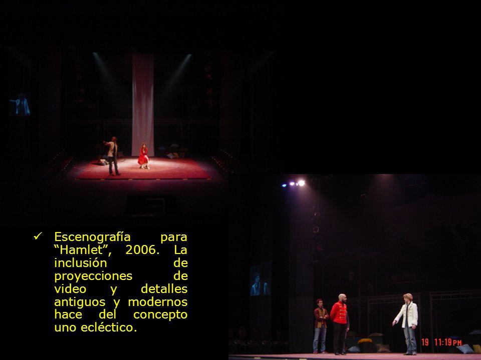 Escenografía para Hamlet, 2006. La inclusión de proyecciones de video y detalles antiguos y modernos hace del concepto uno ecléctico.