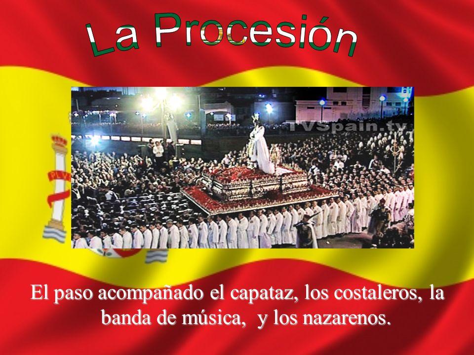 El paso acompañado el capataz, los costaleros, la banda de música, y los nazarenos.