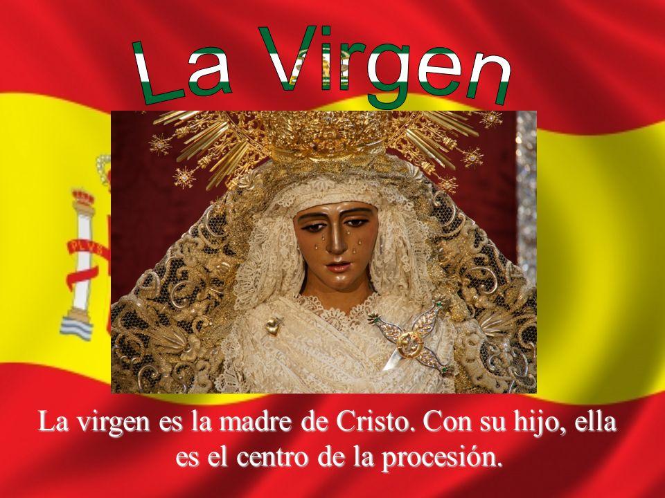La virgen es la madre de Cristo. Con su hijo, ella es el centro de la procesión.