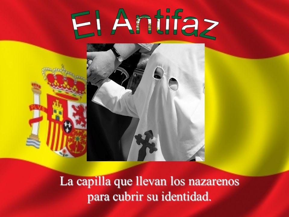 Los hombres fuertes llevan los pasos durante la Semana Santa en Sevilla.