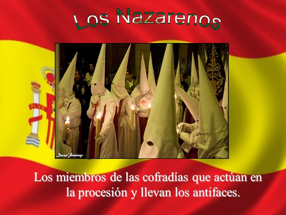 Los miembros de las cofradías que actúan en la procesión y llevan los antifaces.