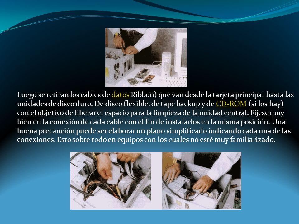 Luego se retiran los cables de datos Ribbon) que van desde la tarjeta principal hasta las unidades de disco duro.