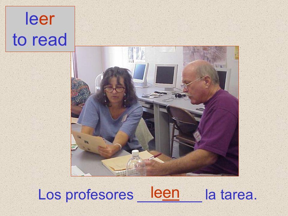 Los profesores ________ la tarea. leer to read leen