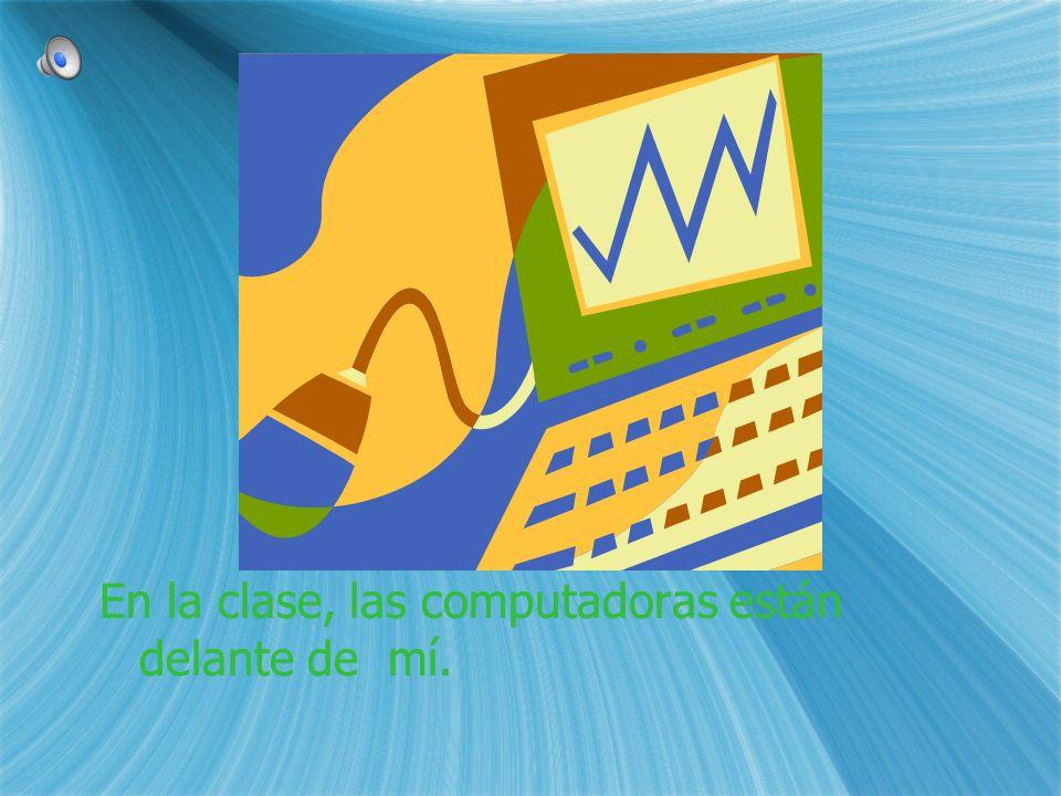 En la clase, las computadoras están delante de mí.