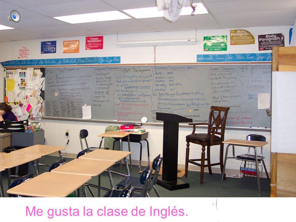 En la clase, la mesa está al lado de la mesa.