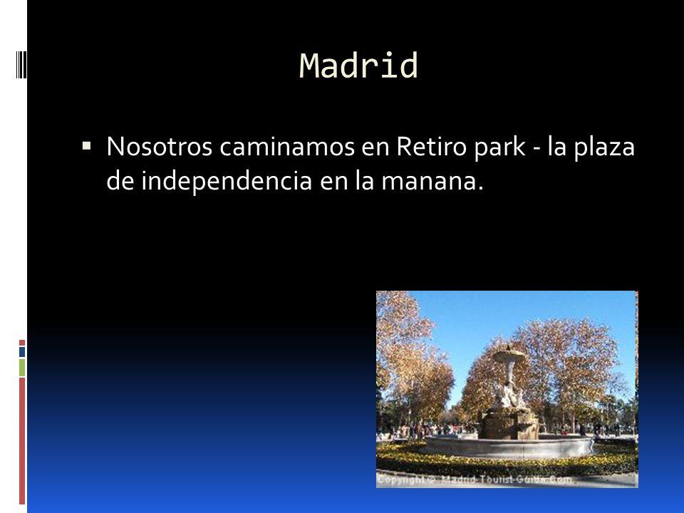 Madrid Nosotros caminamos en Retiro park - la plaza de independencia en la manana.