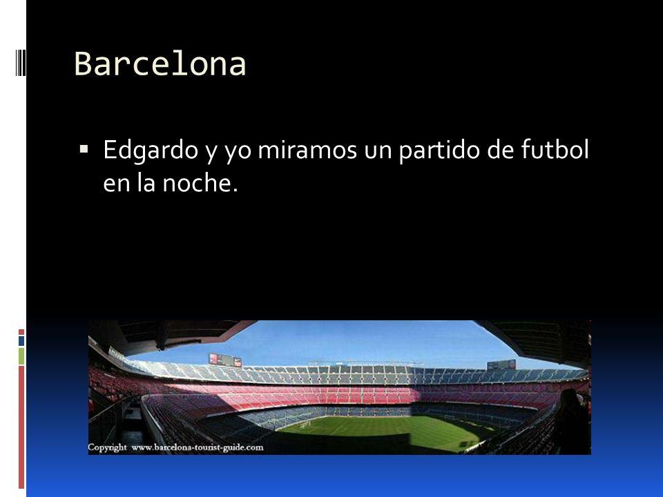 Barcelona Edgardo y yo miramos un partido de futbol en la noche.