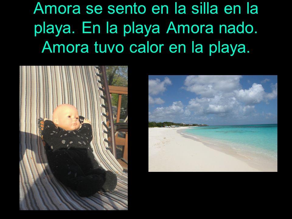 Amora se sento en la silla en la playa. En la playa Amora nado. Amora tuvo calor en la playa.
