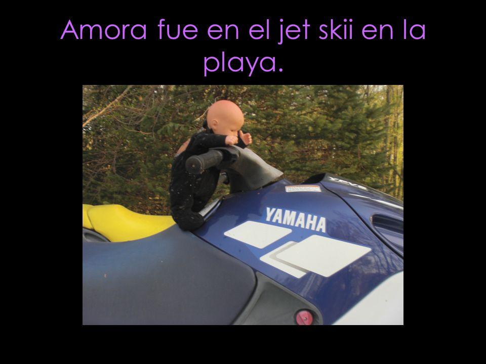 Amora fue en el jet skii en la playa.