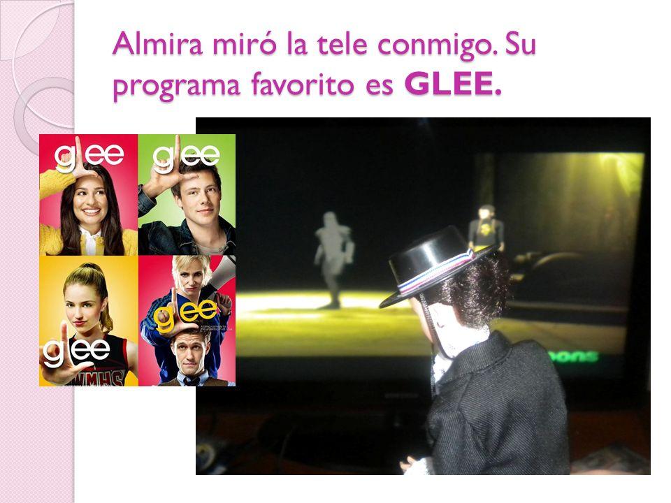 Almira miró la tele conmigo. Su programa favorito es GLEE.