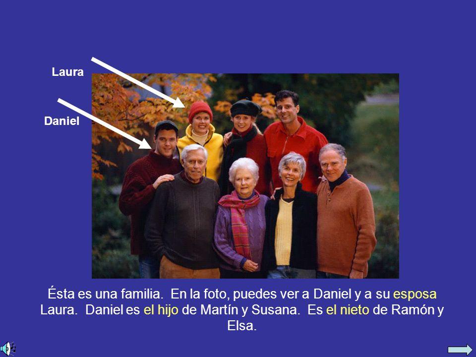 Ésta es una familia. En la foto, puedes ver a Daniel y a su esposa Laura.